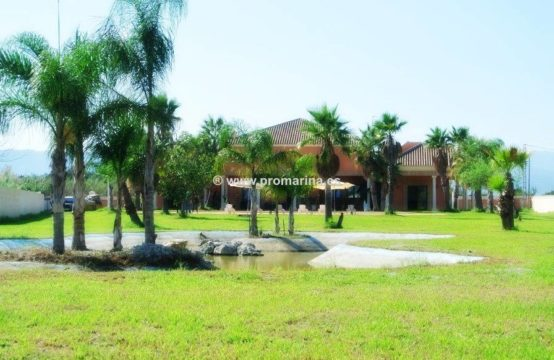 PRO458A<br>Villa de Lujo en las Marinas con lago y parcela de 7000m2