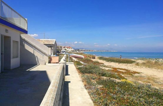 Local ground floor apartment to renovate in first line of beach in Denia, is located on the beach of Les Deveses