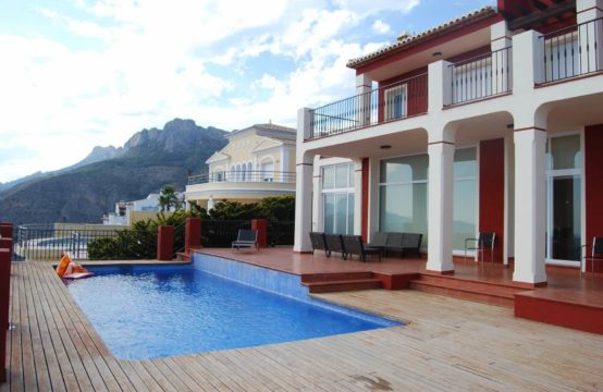 Located in the Altea Hills Urbanization, with 24 hours security service and with restricted